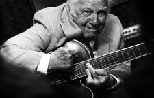 Bucky Pizzarelli A 86 évesen is aktív amerikai jazz gitáros a New York-i Smalls  jazz klubban koncertezett december 17-én. Manhattan, New York